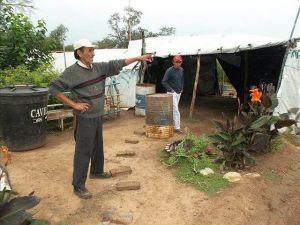 Higinio Villalba, junto a su  carpa de protesta. (Foto: noalamina.org)