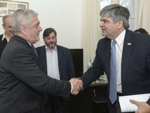 Das Neves y Miguel Gutierrez estrechan algo más que las manos con este acuerdo... (Foto: Diario de Madryn)