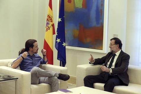 GRA307. MADRID, 30/10/15.- El presidente del Gobierno, Mariano Rajoy (d), ha recibido esta tarde en el Palacio de la Moncloa al líder de Podemos, Pablo Iglesias (i), para contrastar sus posiciones ante la iniciativa independentista en Cataluña. EFE/Ballesteros